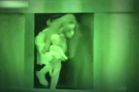 Horor scena počinje kada nestane struje, a devojčica izlazi iz pregrade