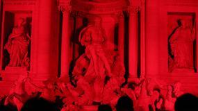 Rzymska Fontanna di Trevi podświetlona na czerwono w hołdzie chrześcijańskim męczennikom