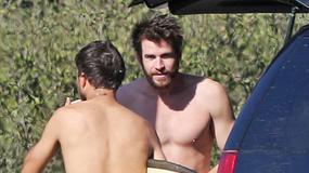 Liam Hemsworth w samym ręczniku. Jak się prezentuje?