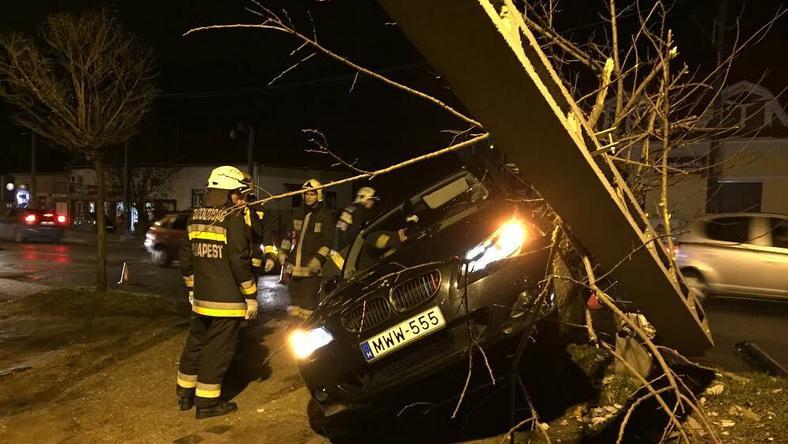Az oszlop rádőlt az autóra / Fotó: Weber Zsolt