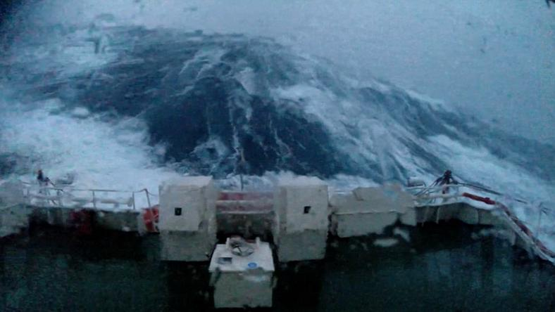 A hullámok 30 méter magasak voltak