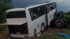 Miazga! Autobus z dziećmi zderzył się z ciągnikiem