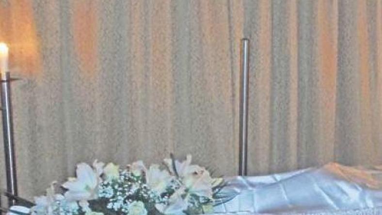 18+! Eltörték fia lábát, hogy beférjen a koporsóba