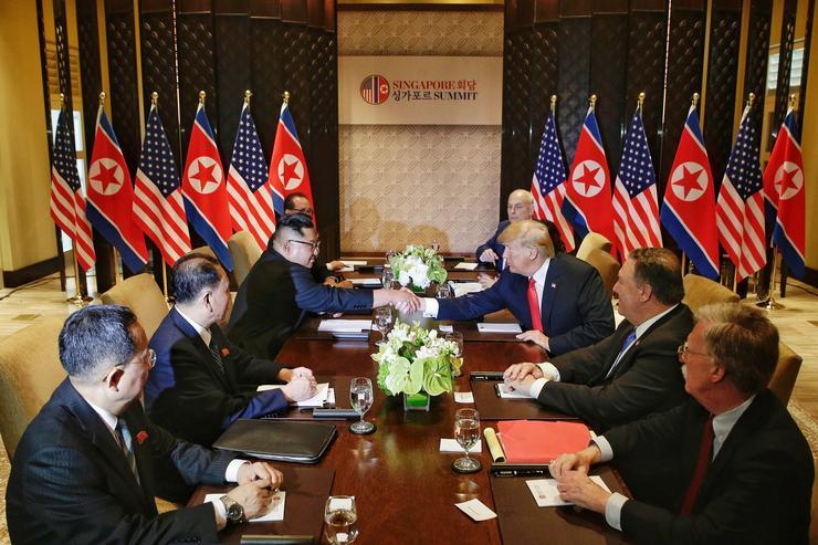 Középen a kommunista diktátor és az amerikai elnök, mellettük tanácsadóik és tolmácsaik /Fotó: MTI/EPA/The Straits Time/Kevin Lim