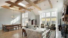 Belki stropowe jako element dekoracyjny salonu
