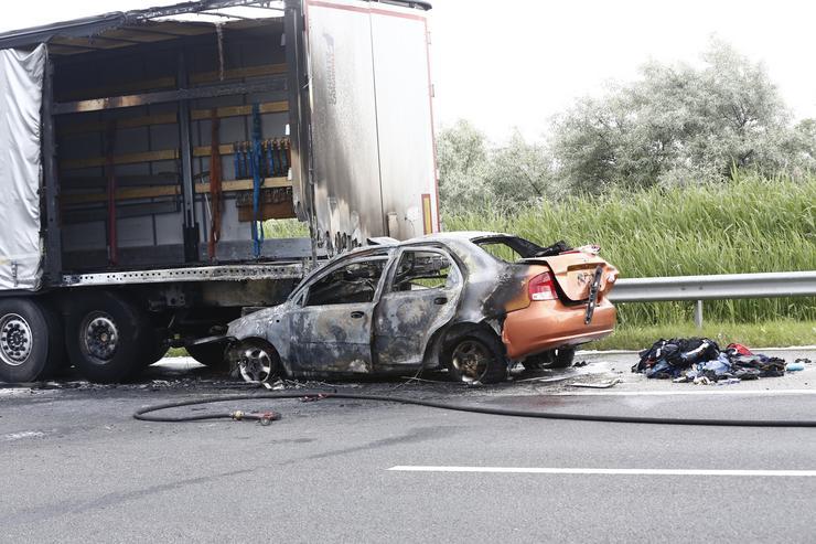 A személygépkocsi felgyulladt / Fotó: Fuszek Gábor
