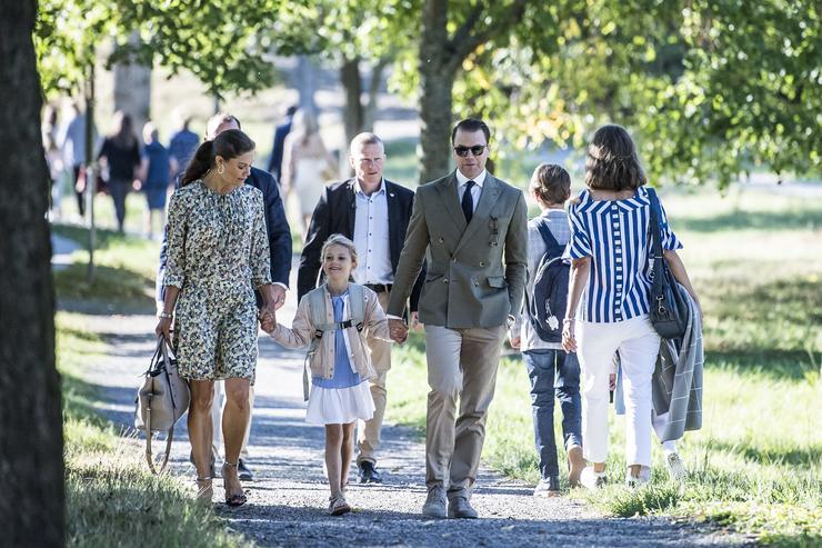 Viktória koronahercegnő és férje, Dániel herceg kézenfogva kísérték kislányukat az iskolába /Fotó: Northfoto