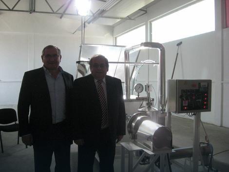 Slobodan Spasović i Vladan Petrović pored svog postrojenja