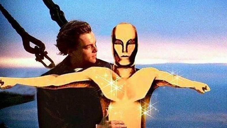 DiCaprio az Oscar-szoborral smúzol a Titanicon / Fotó: VH1