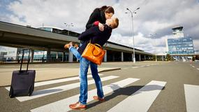 """Parkingi """"Kiss & Fly"""" na lotniskach. Które dają najwięcej czasu na romantyczne pożegnania?"""