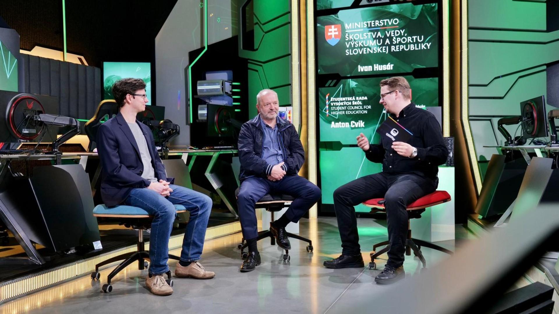 Ivan Husár, Karol Cagáň a Anton Cvik diskutujú o e-športe.