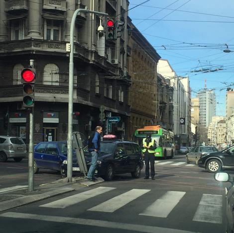 Sudar putničkog i taksi vozila na uglu Takovske i Ulice Ilije Garašanina