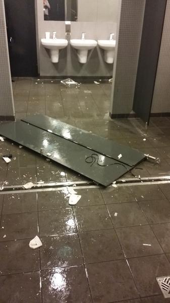 Zniszczone toalety na Stadionie Narodowym