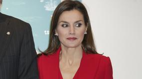 Królowa Letycja w czerwonym komplecie na 500-leciu wystawy