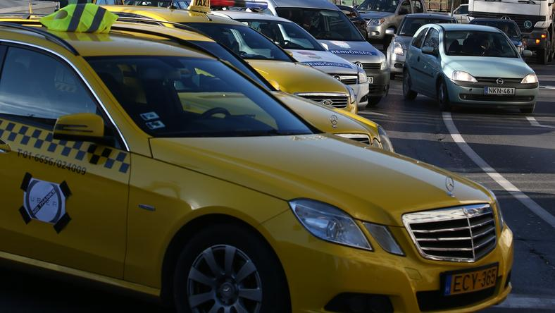 Újabb szankciók lépnek életbe a fekete taxizás ellen péntektől. A kormány a tapasztalatokról rendszeresen egyeztet a majd taxis szervezetekkel. /Fotó: Isza Ferenc