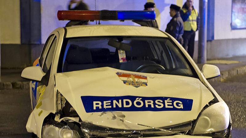 A rendőrautó egy személyautóval ütközött /Fotó: MTI - Lakatos Péter