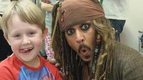 """Johnny Depp i """"Piraci z Karaibów"""" """"wdarli się"""" do szpitala. Dzieci były zachwycone"""