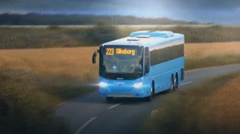 Reklamni spot počinje dolaskom autobusa, blistavo čistog