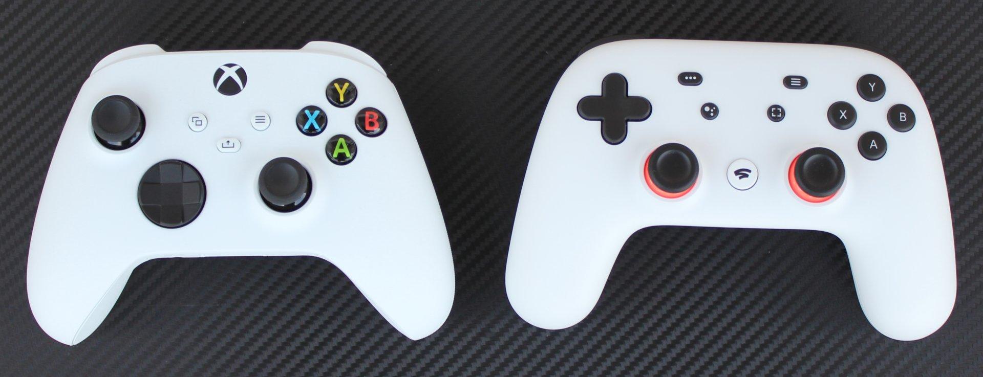 Gamepad k Xboxu Series S (vľavo) a ovládač Stadia (vpravo).