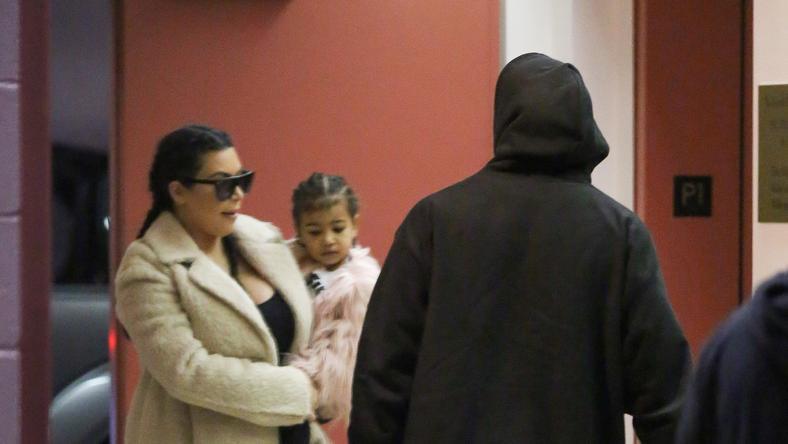 Kim Kardashian és Kanye West második gyermekük születése után idősebb gyermekükkel /Fotó: Northfoto