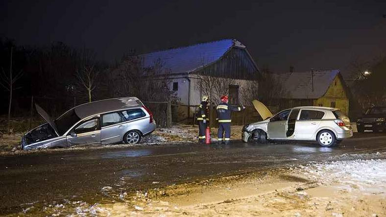 Az egyik autó becsúszott az árokba / Fotó: MTI Lakatos Péter