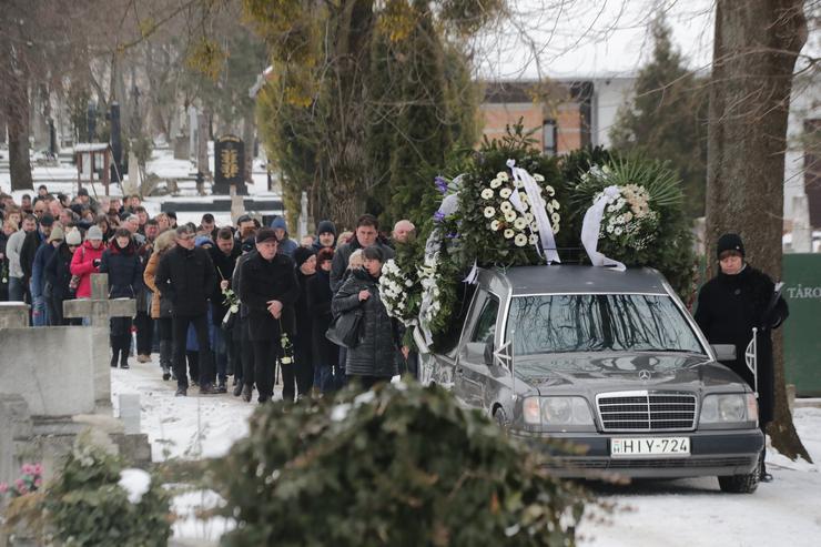 Végső útjára kíséri a gyászoló tömeg / Fotó: Grnák László