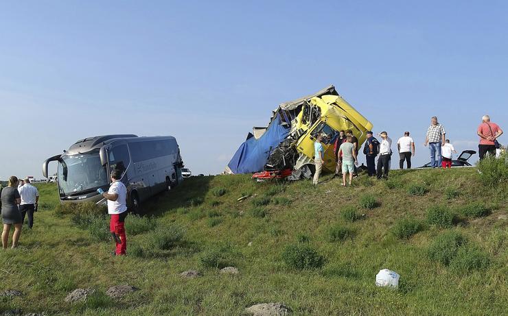Egy kamion, egy autóbusz és egy mikrobusz ütközött össze / Fotó: MTI Donka Ferenc