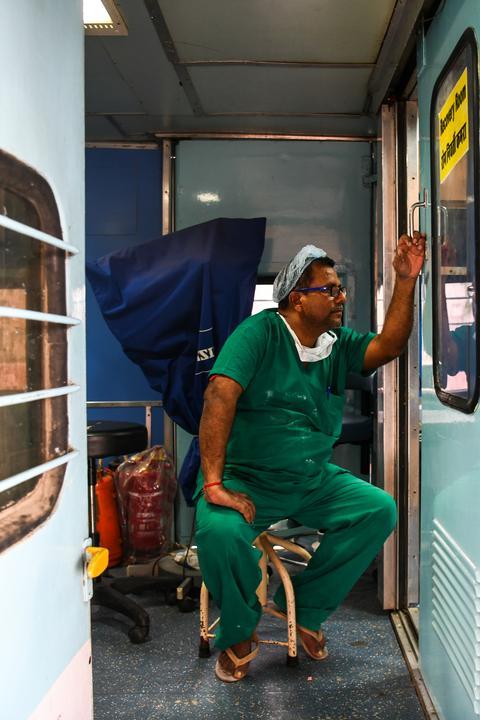 Ez a férfi már 21 éve dolgozik a vonaton /Fotó: AFP