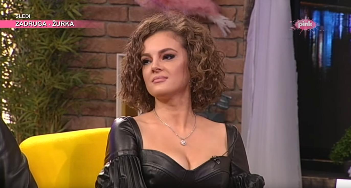 Vrele fotke Slavice Ćukteraš: Pevačica pozirala u mini haljini i mrežastim čarapama!(FOTO)