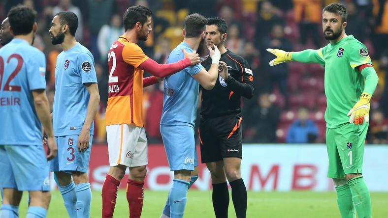 Trabzonspor játékosai nem értettek egyet a bíróval /Fotó: AFP