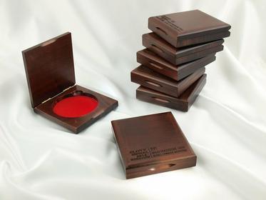 GRAWERNIA.PL Etui drewniane 10,5x11cm na medal o średnicy 80mm