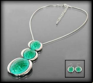 Komplet biżuterii z zielonymi kamieniami: naszyjnik i kolczyki 412