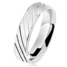 Biżuteria e-shop Srebrny pierścionek 925, fałdowana powierzchnia, lśniące krawędzie i ukośne nacięcia
