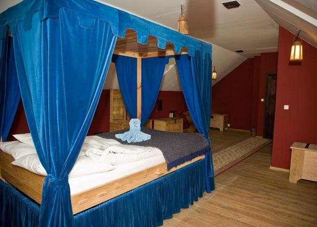 2 – osobowy pokój z łazienka, łoże małżeńskie z baldachimem. Cena od 267zł/komnatę.