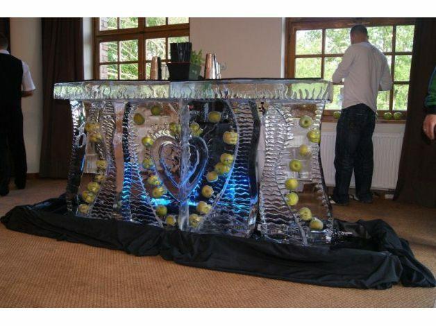 Projektowanie oraz profesjonalne wykonanie rzeźb z lodu na drobne uroczystości, duże eventy oraz kampanie reklamowe.