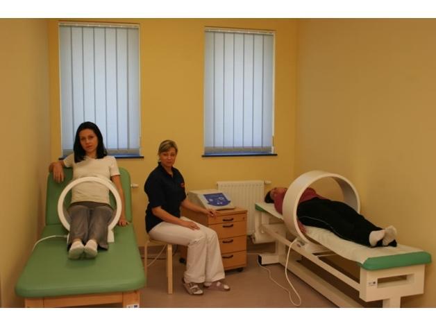 Magnetoterapia polega na działaniu pola magnetycznego małej częstotliwości na określone okolice ciała.
