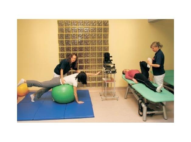 Kinezyterapia to leczenie ruchem, gimnastyka lecznicza lub ćwiczenia usprawniające