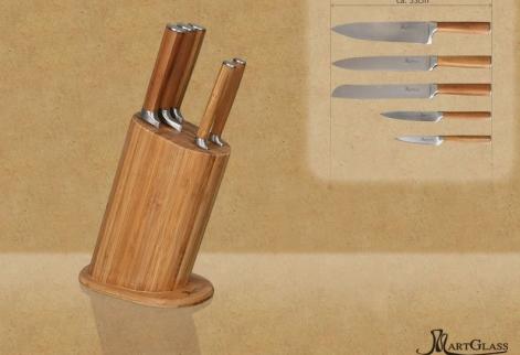 Blok jest wykonany ze sprasowanego bambusa. W skład zestawu wchodzi blok + 5 noży różnej wielkości.