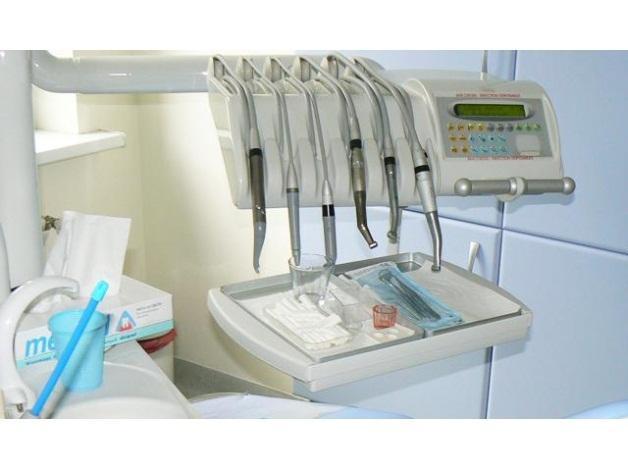 Profesjonalne zabiegi higienizacji czyli usuwanie kamienia i osadu z powierzchni zębów.