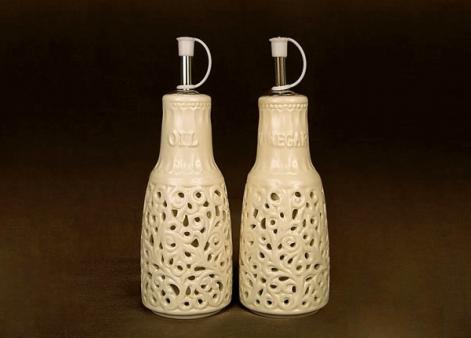 Buteleczki do przypraw płynnych (ocet i olej) z eleganckim koronkowym zdobieniem.  W skład zestawu wchodzą dwie sztuki (tak jak na zdjęciu).