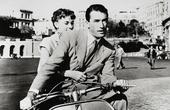 """""""Rzymskie wakacje"""". W rolach dłównych Audrey Hepburn i Gregor Peck, a w roli drugoplanowej skuter Vespa."""