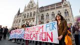Węgrzy wyszli na ulice w poparciu dla uczelni George'a Sorosa