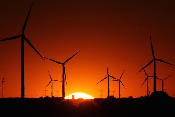 Kolejne wiatraki kręcą się produkując prąd