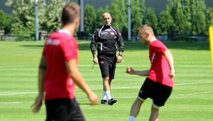 Michał Probierz w trakcie treningu z piłkarzami Cracovii.