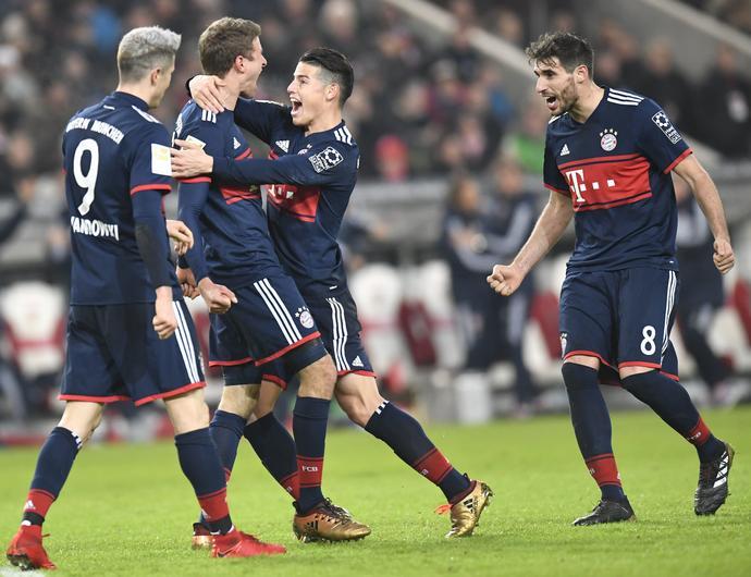 James Rodriguez i Robert Lewandowski świętują kolejnego gola w Bayernie. Koledzy z zespołu mistrza Niemiec zmierzą się podczas drugiego meczu grupy H (24 czerwca)
