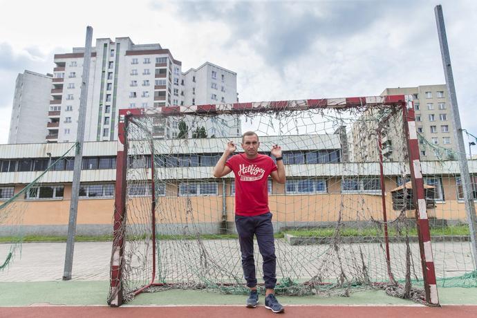 Smoliński nawet po transferze do Legii pozostał zwyczajny. Po powrocie z treningów do domu wciąż rozgrywał mecze ulica na ulicę. Trenerzy w Legii zabraniali, ale ich nie słuchał.