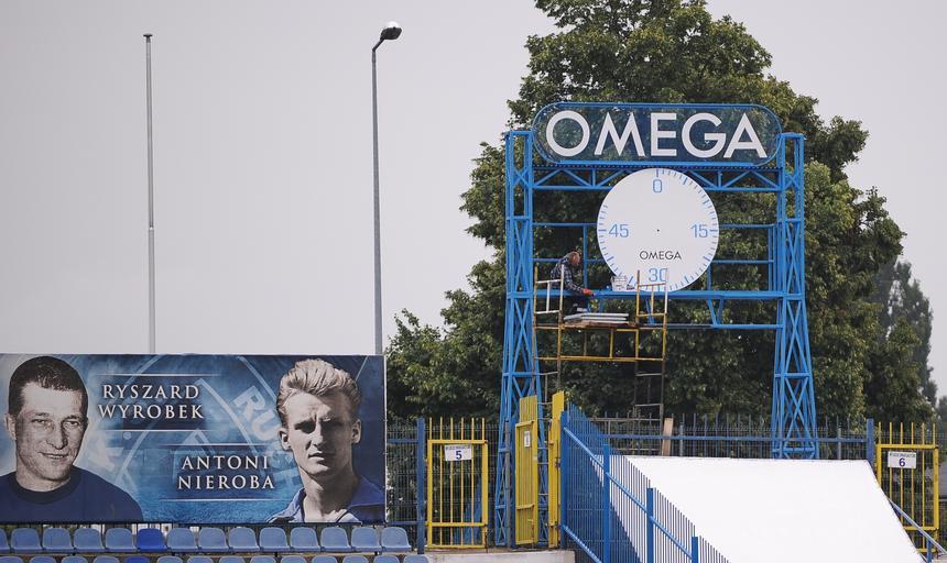 Zabytkowy zegar Omega stanie na stale na stadionie Ruchu Chorzow