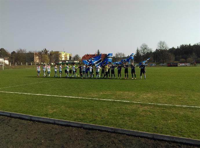 Na derby z Wisłą Fordon piłkarze Zawiszy weszli z flagami w barwach klubu.
