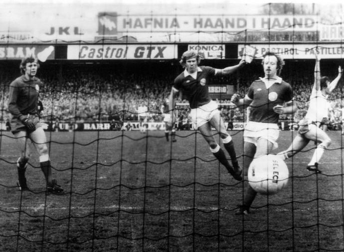 40 lat temu, walcząc o mundial, Polacy pokonali w Kopenhadze Danię 2:1. Włodzimierz Lubański strzelił w tym meczu oba gole dla biało-czerwonych. Tu (z lewej) cieszy się po zdobyciu pierwszej bramki.