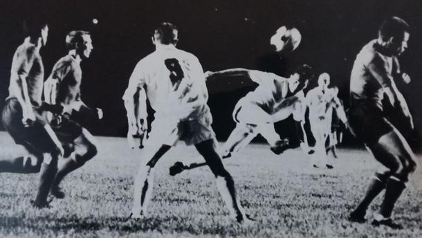 W naszym archiwum zachowało się zdjęcie z pierwszego meczu z Ferencvarosem. Strzela Jan Banaś, z numerem - najskuteczniejszy snajper Polonii w Ameryce, Zygmunt Schmidt.